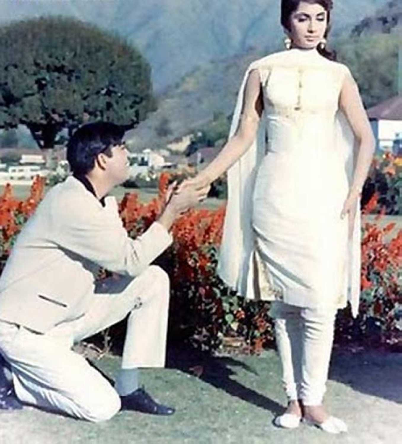 Waqt (1965) - Review, Star Cast, News, Photos | Cinestaan